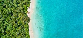 热带马尔代夫的空中照片在海岛上靠岸 库存图片