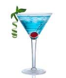 热带马蒂尼鸡尾酒世界性鸡尾酒或蓝色夏威夷人 免版税库存照片