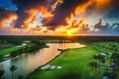 热带高尔夫球场鸟瞰图日落的,多米尼加Republi 免版税库存照片