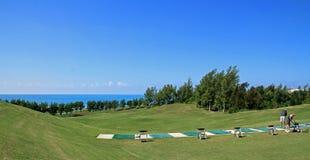 热带高尔夫球开车范围在百慕大 免版税库存图片