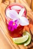 热带鸡尾酒一张木桌 库存图片