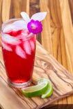 热带鸡尾酒一张木桌 免版税图库摄影