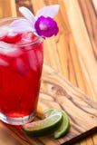 热带鸡尾酒一张木桌 库存照片