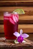 热带鸡尾酒一张木桌 图库摄影