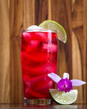 热带鸡尾酒一张木桌 免版税库存图片