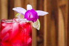 热带鸡尾酒一张木桌 免版税库存照片