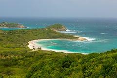 热带离开的海滩在半月湾安提瓜岛 免版税库存照片