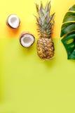 热带水果为夏天在黄色背景顶视图大模型设计 库存图片