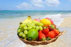 热带水果和海滩 免版税图库摄影