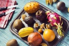 热带水果品种在盘子的 免版税库存图片
