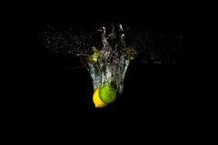 热带水果柠檬和石灰在水中 免版税库存图片