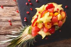 热带水果沙拉在菠萝特写镜头板材的  horizo 免版税库存照片