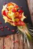 热带水果沙拉在菠萝特写镜头板材的  Vertic 图库摄影