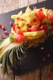 热带水果沙拉在菠萝特写镜头板材的  Vertic 库存图片