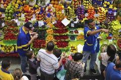 热带水果箱子在圣保罗市场上 免版税库存照片