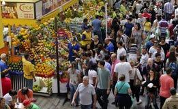 热带水果箱子在圣保罗市场上 库存照片