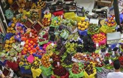 热带水果箱子在圣保罗市场上 库存图片