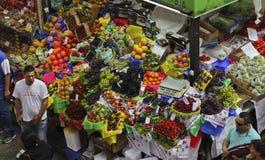热带水果箱子在圣保罗市场上 免版税库存图片