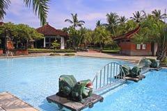 热带水池在旅馆里在巴厘岛,印度尼西亚 免版税库存图片