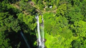热带Sekumpul瀑布在巴厘岛,印度尼西亚 异乎寻常的瀑布和美丽的彩虹 股票视频