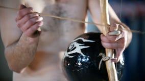 热心地演奏巴西全国仪器berimbau的一个人 影视素材