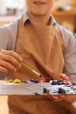 热心孩子有艺术教训在学校 图库摄影