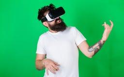 热心面孔用途现代技术的行家吉他弹奏者娱乐的 戴VR眼镜的人学会演奏音乐 库存图片