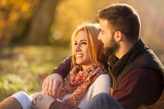 热恋在秋天公园 一对新夫妇 库存照片