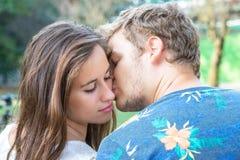 热情地亲吻年轻的夫妇 库存图片
