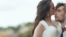 热情地亲吻在婚礼以后的迷人的婚礼夫妇特写镜头  年轻俏丽的女孩拥抱可爱 股票录像