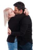 热情地亲吻浪漫的夫妇 免版税图库摄影