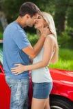 热情地亲吻爱恋的夫妇 免版税库存照片