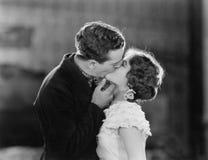 热情地亲吻的夫妇(所有人被描述不更长生存,并且庄园不存在 供应商保单那里将 库存照片