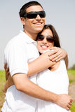 热情地拥抱纵向的夫妇浪漫 免版税库存图片