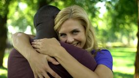 热情地拥抱美国黑人的男朋友,愉快的夫妇的欢悦妇女 库存图片