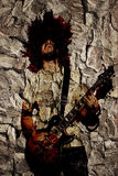 热情的吉他弹奏者尖叫与美丽的长的卷发pl 库存照片