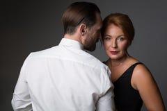 热情的爱恋的夫妇身分和拥抱 图库摄影