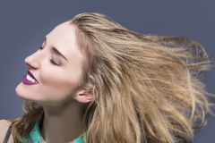 热情的白种人深色的女孩画象有被弄乱的头发和生动的面部构成的 库存照片