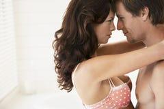热情年轻夫妇拥抱 免版税库存图片