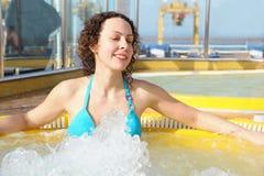 热松弛诉讼游泳木盆佩带的妇女 库存照片