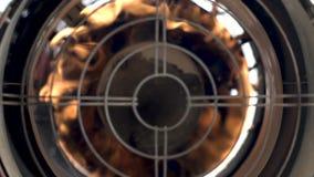 热气枪位于框架的中心 火烧明亮 影视素材