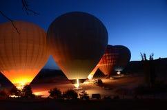 热气球为起飞做准备在卡帕多细亚土耳其 库存图片