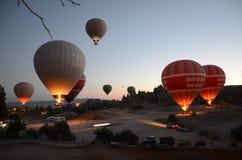 热气球为起飞做准备在卡帕多细亚土耳其 免版税库存照片
