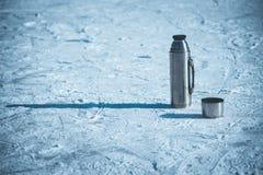 热水瓶在与一个杯子的冰站立热的茶 库存图片