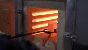 热治疗商店 在特别钳子的高热金属部分 股票视频