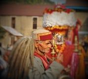 热爱和信念-在公平的Shivratri期间的Himachali老人 库存图片