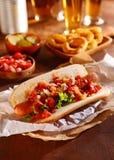 热狗冠上与新鲜蔬菜美味 免版税库存照片
