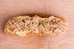 热狗冠上用德国泡菜和马约角 库存照片