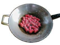 热狗或香肠油煎了与在白色背景隔绝的平底锅的油 免版税库存照片