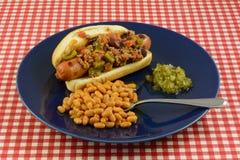 热狗用辣椒烘烤了豆和甜美味 免版税库存图片